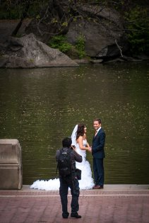 Fotograf ślubny robiący zdjęcia nowożeńcom